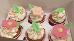 Капкейки с вафельными цветами